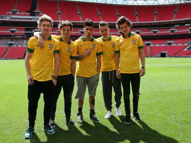 Membros do One Direction posam com camisas da seleção brasileira (Foto: Divulgação/Time For Fun)