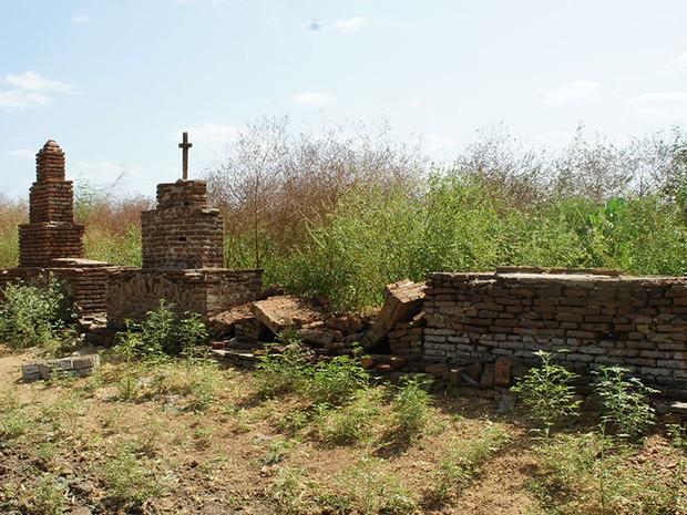 Além da velha igreja, as ruínas do cemitério da antiga São Rafael também atraem visitantes para a barragem Armando Ribeiro Gonçalves, no Oeste potiguar (Foto: Anderson Barbosa/G1)