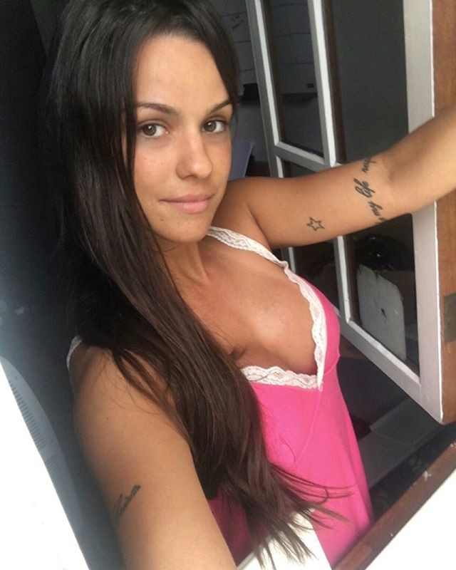 Carol Dias sensualiza na janela com fio dental - Quem | QUEM News