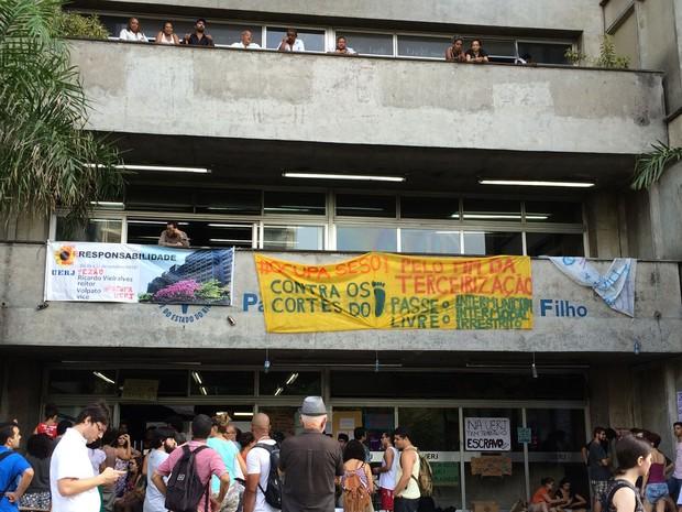 Estudantes continuavam ocupando prédio da Uerj (Foto: Fernanda Rouvenat / G1)