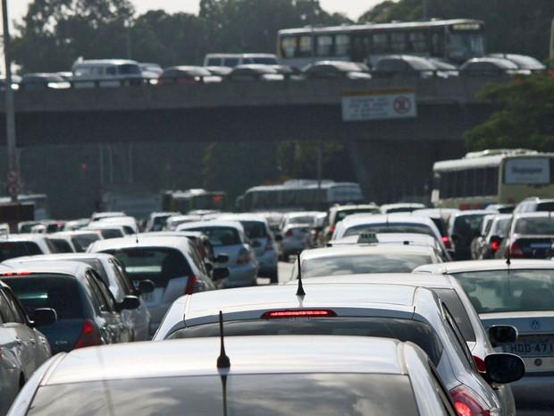 Trânsito intenso na manhã desta quinta-feira (20), na Radial Oeste no Rio de Janeiro, próximo ao estádio do Maracanã. (Foto: Ale Silva/Futura Press/Estadão Conteúdo)