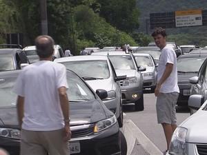 Motoristas pararam no meio da estrada e um congestionamento se formou (Foto: Reprodução / TV Tribuna)