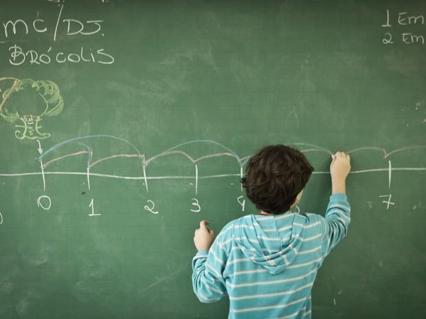 Pela metodologia, as crianças são instigadas a responder as questões na lousa (Foto: Caio Kenji/G1)