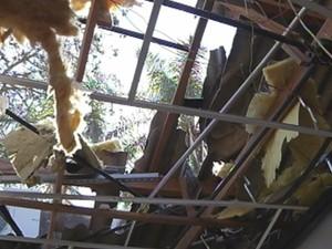 Telhado também foi destruído com a explosão (Foto: Reprodução/TV TEM)