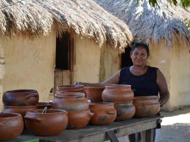 Joana de Souza mostra com orgulho a arte indígena que é tradição desde 1870 (Foto: Emily Costa/ G1 RR)