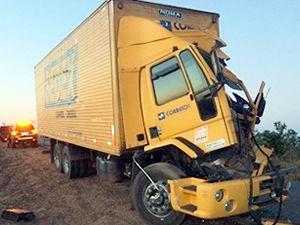 Acidente com caminhão dos Correios (Foto: Júlio Cézar/Comunicação Imparcial)