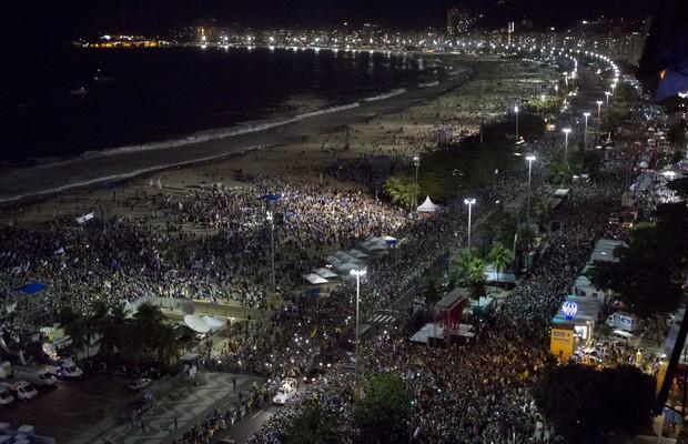 Público assiste ao sermão do papa Francisco na praia de Copacabana, no Rio de Janeiro (Foto: Felipe Dana/AP)