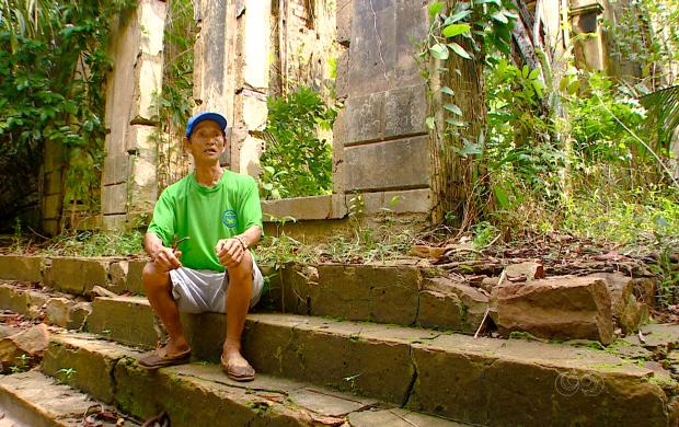Nas 'Ruínas do Velho Aírão' o japônes Shigeru Nakayama conta a história do lugar (Foto: Bom Dia Amazônia)