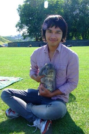 Korrasut com seu coelho (Foto: Korrasut Khopuangklang/Arquivo pessoal)
