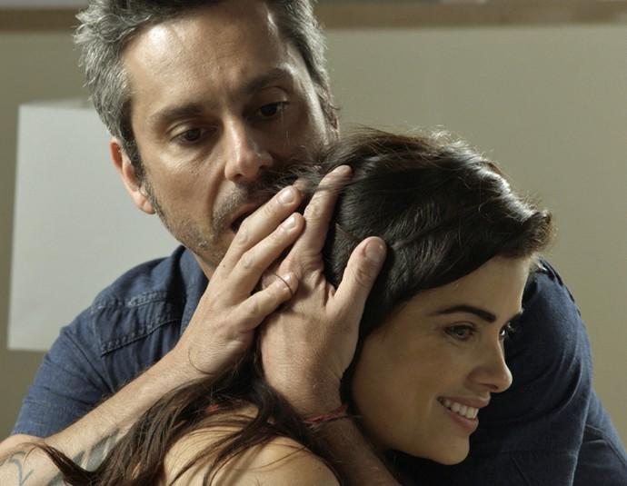 Tóia e Romero se abraçam ao receberam a notícia (Foto: TV Globo)