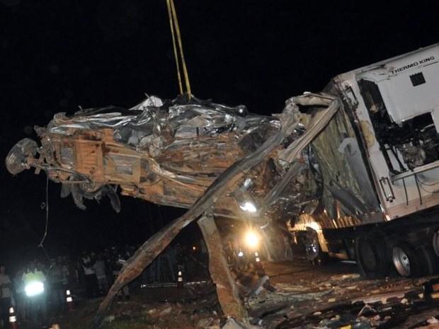 Veículo só pôde ser retirado cerca de 4h depois do acidente na BR-381; motorista morreu no local (Foto: Jornal de Lavras)