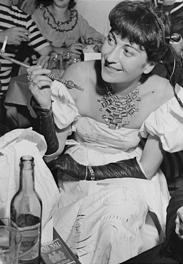 Lina com o colar original no baile de Carnaval do IAB-SP, em 1948 (Foto: Gui Paganini)