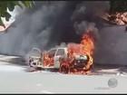 Incêndio destrói carro estacionado em avenida de Limeira; não há feridos