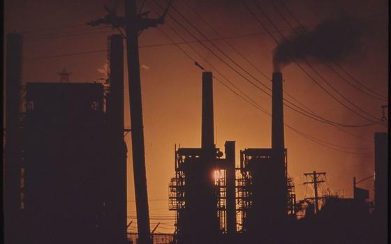 Refinaria de petróleo nos Estados Unidos (Foto: John Vachon - U.S. National Archives and Records Administration - Wikimedia Commons)