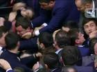 Deputados brigam no parlamento na Ucrânia durante discurso do premiê