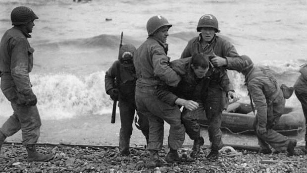 Médicos americanos auxiliam soldados feridos em praia da Normandia, na França, durante a 2ª Guerra Mundial (Foto: Exército dos EUA)