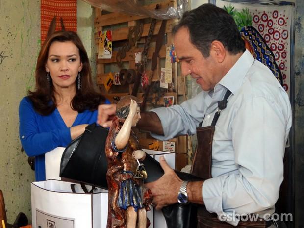 Helena percebe que Virgílio está mentindo e fica desconfiada (Foto: Em Família)