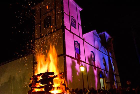 Depois do mastro ser hasteado, uma enorme fogueira é acessa ao lado da igreja iluminada por luzes azuis e vermelhas (Foto: Haroldo Castro/Época)