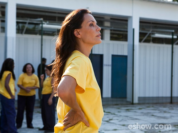 Tereza espera a hora de fugir (Foto: Inácio Moraes/TV Globo)