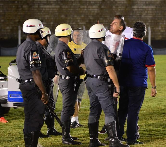 O policiamento conteve o prefeito de Presidente Prudente (Foto: Rodolfo Lesse / Cedida)