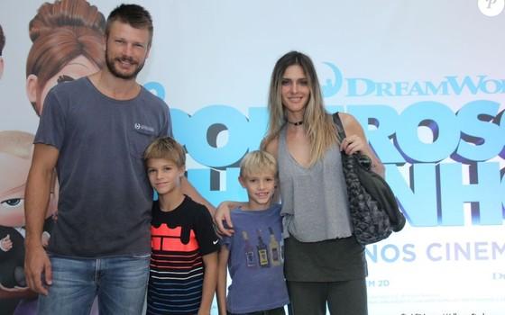 Hilbert com a mulher, Fernanda Lima, e os filhos gêmeos, João e Francisco (Foto: AG. News)