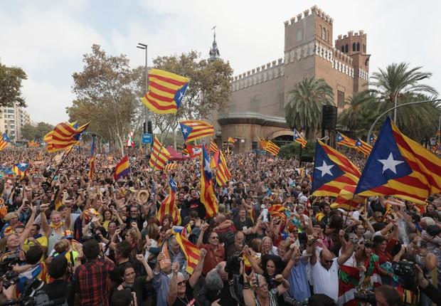 Manifestantes comemoram a resolução do Parlamento da Catalunha de declarar independência da Espanha (Foto: Jack Taylor/Getty Images)