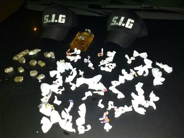 Droga foi apreendida pela polícia após abordagem de traficantes (Foto: Osvaldo Nóbrega/ TV Morena)