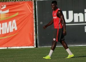 Paulão zagueiro Inter (Foto: Tomás Hammes / GloboEsporte.com)