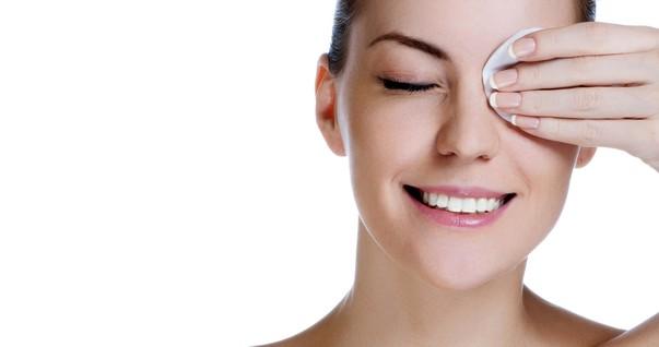 Mulher tirando maquiagem do rosto (Foto: Shutterstock)