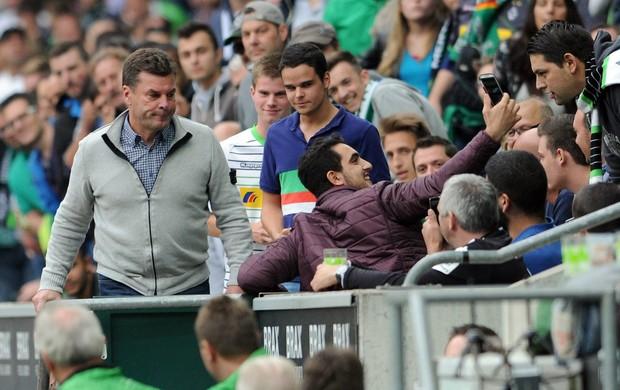 BLOG: Expulso, técnico do Wolfsburg assiste à derrota na torcida rival e ouve gozações