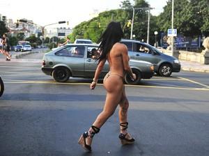 Mulher foi flagrada andando seminua em Porto Alegre (Foto: Andréa Graiz / Agência RBS)