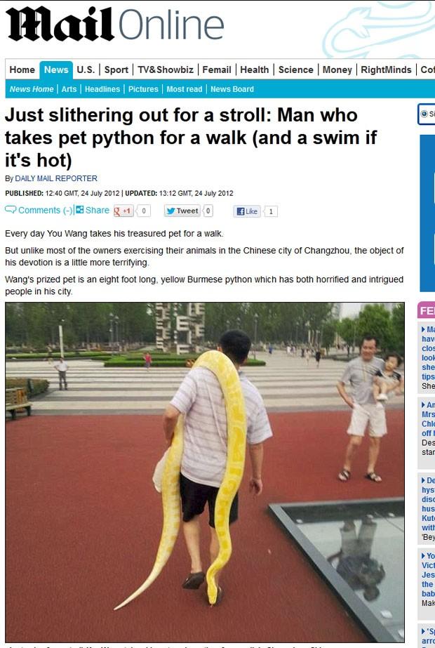 You Wang passeia com cobra de estimação de 2,5 metros. (Foto: Reprodução/Daily Mail)