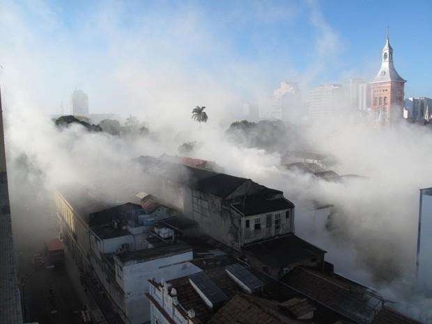 Bombeiros combatem às chamas em incêndio no Centro do Rio (Foto: Cristiane Cardoso/G1)