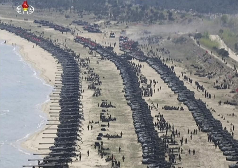 A KRT, emissora estatal da Coreia do Norte, divulgou nesta quarta-feira (26) imagens do exercício militar realizado no país (Foto: KRT via AP Video)