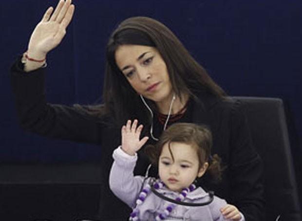 Licia Ronzulli e a filha Victoria em votação em fevereiro. (Foto: Reuters)