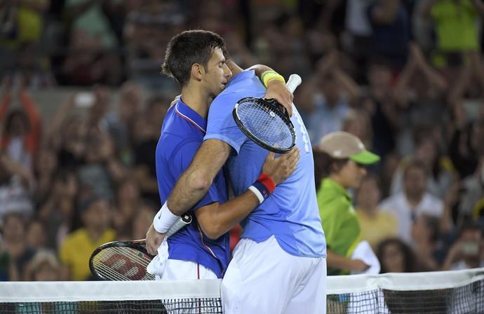 Djokovic e Del Potro abraço (Foto: Reuters)