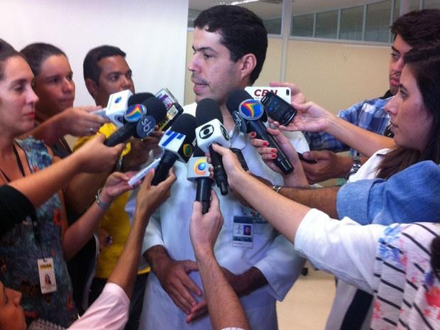 Médico Petrus de Andrade Lima afirma que lesão é menor do que mordida habitual de tubarão. (Foto: Luiza Mendonça / G1)