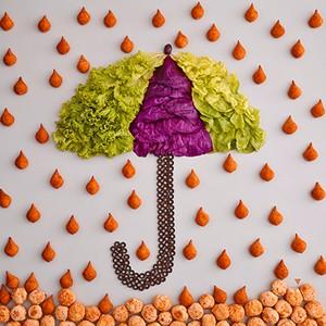 Tá Chovendo Coxinha: Na foto o tradicional quitute está caindo do céu e por isso é melhor abrir o colorido guarda-chuva feito de alface, repolho e azeitonas pretas (Foto: Divulgação)
