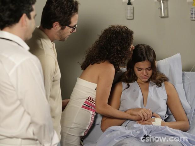 Helena sofre muito e tem o consolo da tia Juliana quando ouve que perdeu o bebê (Foto: Fábio Rocha/TV Globo)