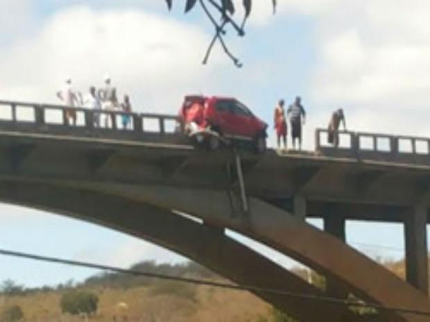 Carro ficou preso na beira da ponte após acidente (Foto: blogdorodrigoferraz)