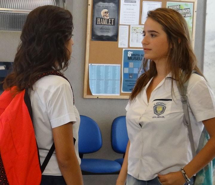 Tainá estranha o comportamento da amiga (Foto: Annelise Gomes/Gshow)