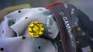 Eletrodos captam sinais do cérebro e os enviam a um computador (Foto: BBC)
