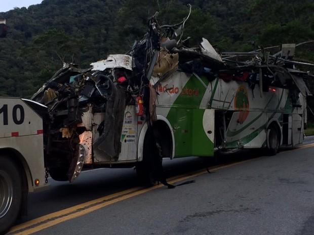 Ônibus ficou completamente destruído após acidente na Mogi-Bertioga (Foto: Solange Freitas / G1)