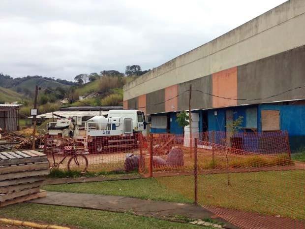 Assaltantes renderam funcionário e levaram malote de empresa na Unifei-MG (Foto: Thiago Luz / EPTV)