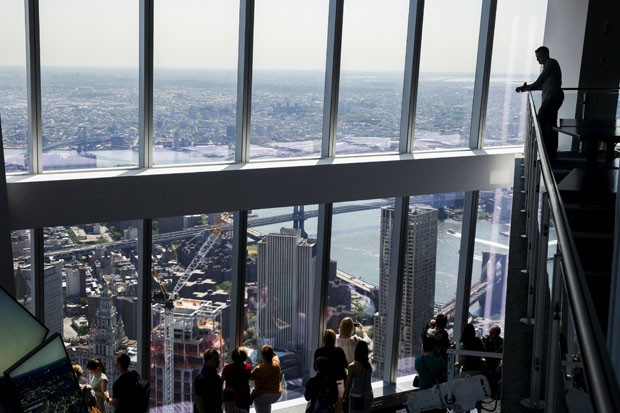 Visitantes no mirante do One World Trade Center no dia da abertura ao público (Foto: Lucas Jackson/Reuters)