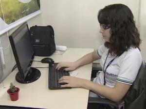 Depois de passar por estágio Mônica Mota conseguiu vaga como trainee em empresa de TI (Foto: Reprodução/ TV Vanguarda)