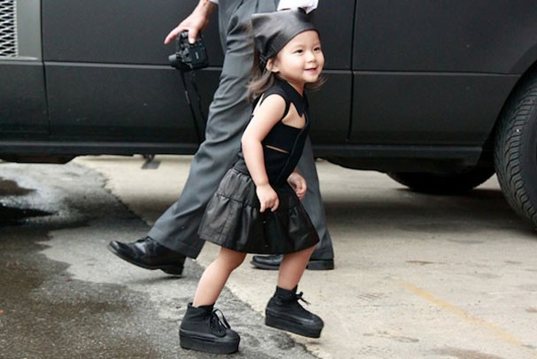 Mais uma vez capturada por um site de street style, Wang com vestidinho preto e creepers nos pés (Foto: Reprodução)