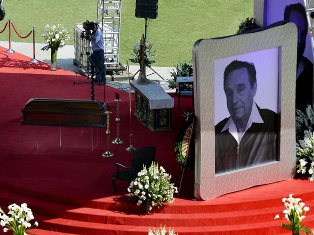 30/11/2014 – Caixão de Roberto Bolaños pouco antes da missa de corpo presente no estádio Azteca (Foto: Alfredo Estrella/AFP)