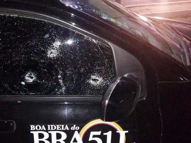 Os disparos atingiram os vidros laterais, do lado do carona, e acertaram a mulher (Foto: José Nilson/Passando na Hora)