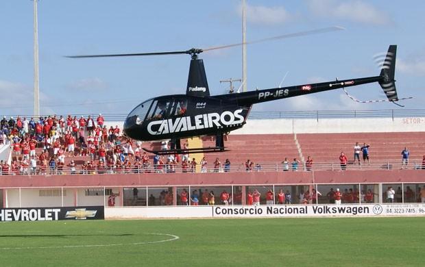Helicóptero com torcedores do América-RN pousa no Estádio Nazarenão (Foto: Augusto Gomes)